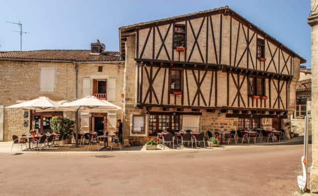 Auberge le Saint Jean. Wide, flat streets and easy access to outdoor seating